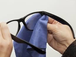 nettoyer vos lunettes avec un tissu